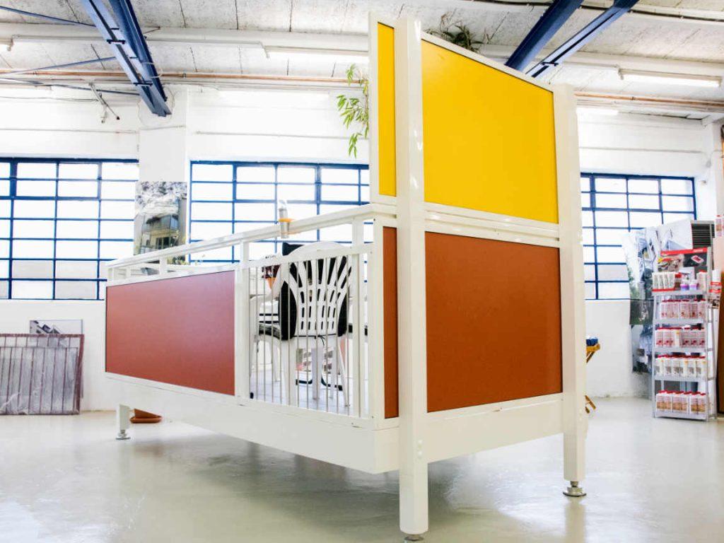 Braun-gelber Balkon in einer Ausstellung