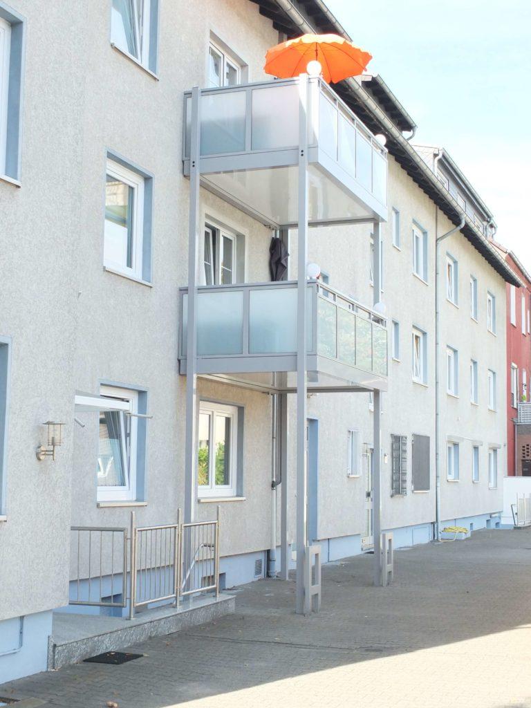 vorstellbalkon-mit-anfahrtschutz-768x1024