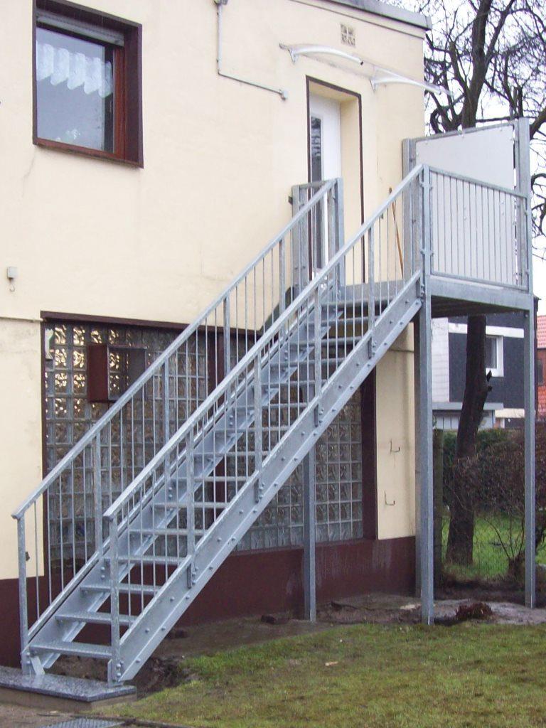 vorstellbalkon-mit-treppe-podest-und-seitlichem-sichtschutz-768x1024